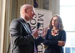 Hoofdredacteur van Medisch Contact Hans van Santen stelt minister Schippers een vraag over de Zorgnota 2015. © Medisch Contact/Hanna van de Wetering